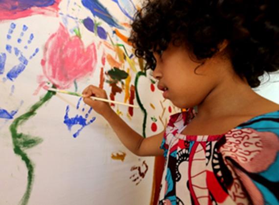 Atelier de peinture pour enfants de 5 à 10 ans à la Fondation Orient-Occident de Rabat.